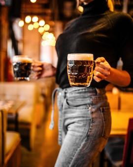 Kellnerin hält bierkrüge verschwommen