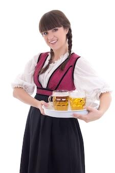 Kellnerin im bayerischen kleid mit bier über weiß