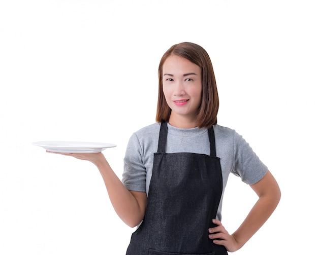 Kellnerin, lieferungsfrau oder servicewomanin im grauen hemd und schutzblech lokalisiert auf weißem hintergrund
