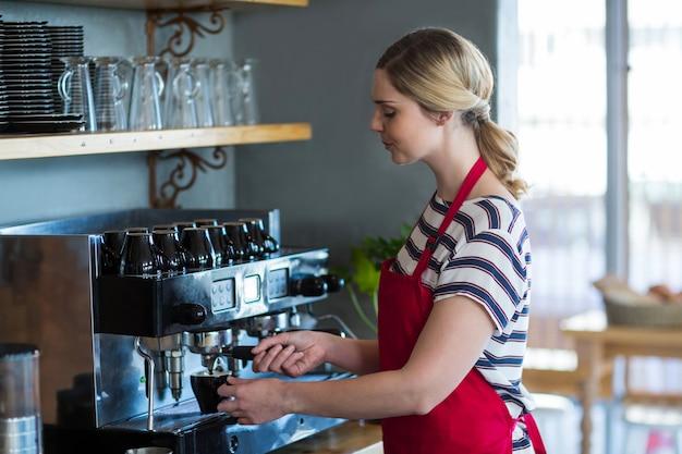 Kellnerin macht eine tasse kaffee