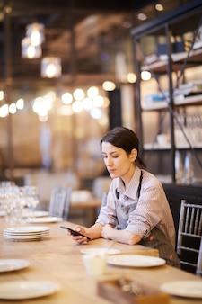 Kellnerin macht pause von der arbeit im restaurant