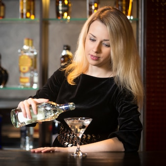 Kellnerin serviert ein getränk