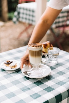Kellnerin serviert kaffee