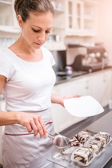 Kellnerin serviert kuchen