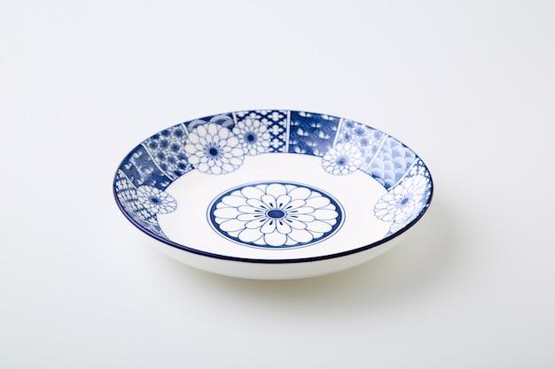 Keramik dekorative platten blaue und weiße keramikplatte lokalisiert auf weißem hintergrund