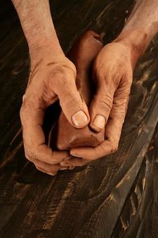 Keramik handwerk töpfer hände arbeiten ton