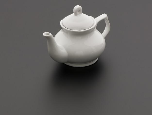 Keramik-küchen-teekanne auf schwarzem hintergrund