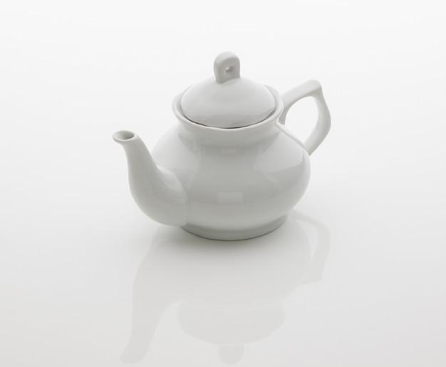 Keramik-küchen-teekanne auf weißem hintergrund