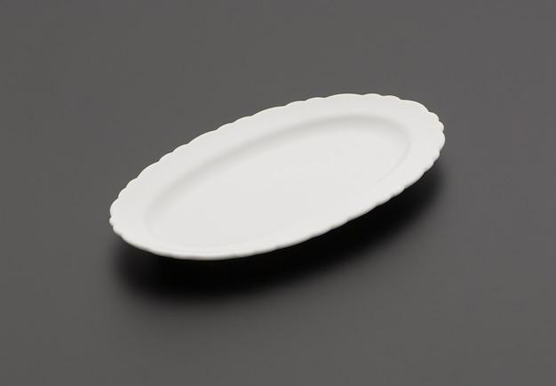 Keramik-küchenplatte auf schwarzem hintergrund