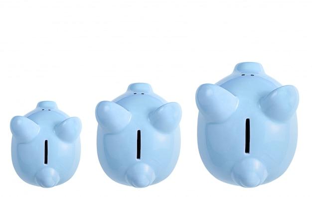 Keramik sparschweine isoliert auf weiß. geschäftswachstum, bankenkonzept. draufsicht, kopierraum.