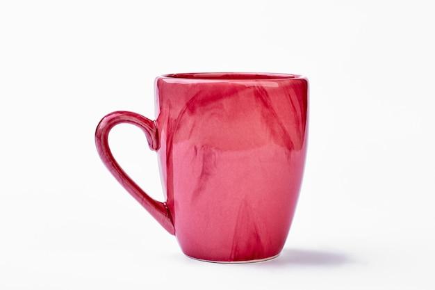 Keramikbecher auf weißem hintergrund. rosa tasse isoliert.