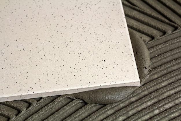 Keramikfliesen und werkzeuge für fliesenleger