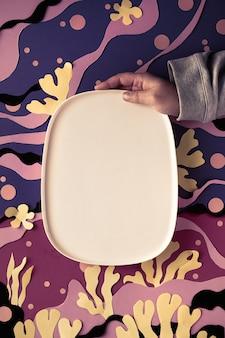 Keramikplatte mit kopienraum auf abstraktem meerunterwasserhintergrund. von matisse inspirierte kunstcollage.