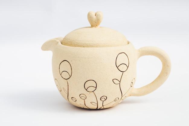 Keramiksteinzeug der weißen teekanne mit weißem hintergrund