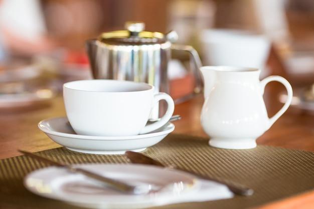 Keramiktasse und teekanne für tee oder kaffee