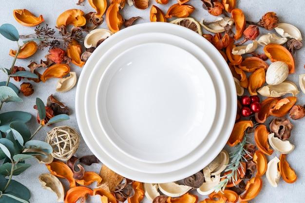 Keramikteller und botanische ornamente auf einem marmortisch