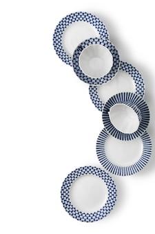 Keramikweiß mit blauen musterbechern, tellern