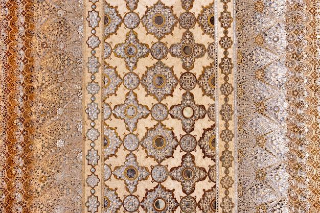 Keramische dekoration der mosaikfliese der decke in jaipur indien.