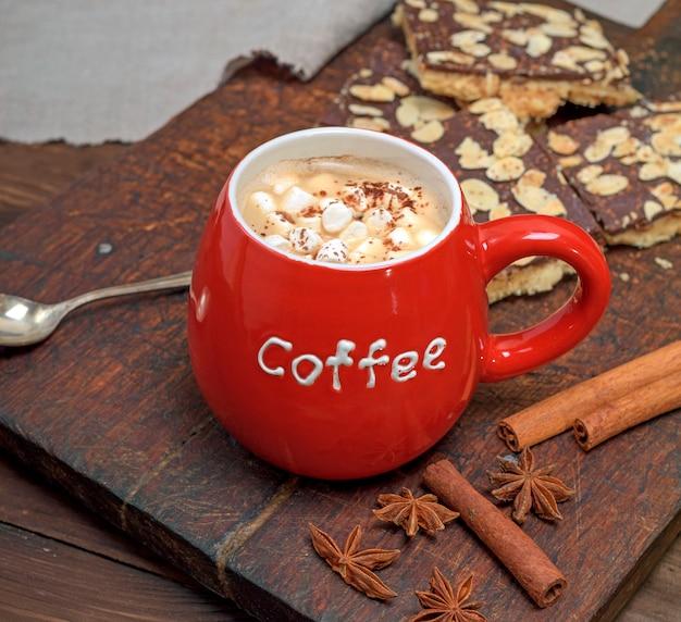 Keramische rote schale mit kaffee und weißem eibisch
