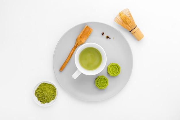 Keramische schale der draufsicht mit matcha tee