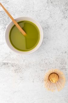 Keramische schüssel der draufsicht mit matcha tee