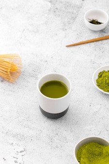 Keramische schüssel der nahaufnahme mit matcha tee