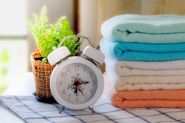 Keramische seife, shampooflaschen und weiße baumwolltücher auf weißem hintergrund.