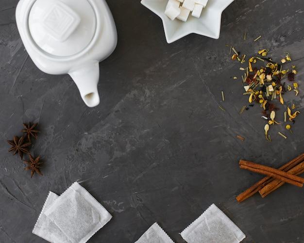 Keramische teekanne der draufsicht mit zimtstangen