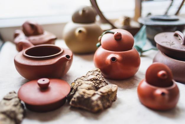 Keramische teekannen stehen auf einem fenster in einem café