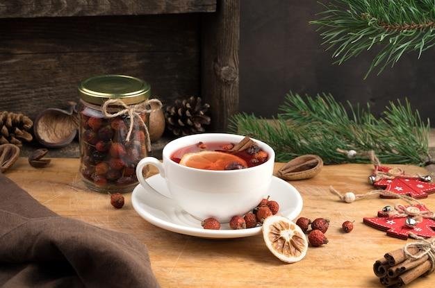 Keramische teetasse mit weihnachtsdekoration.