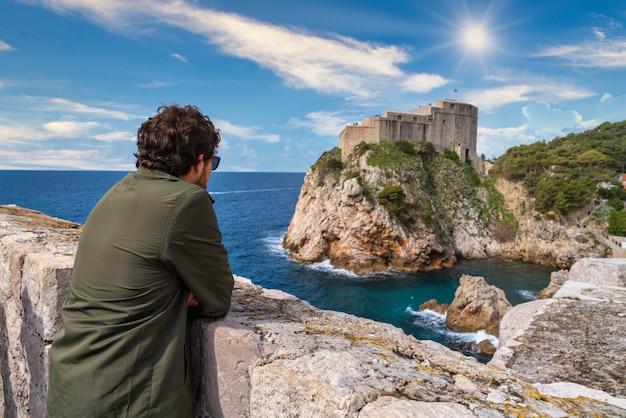Kerl beobachtet dubrovnik schloss auf dem adriatischen meer