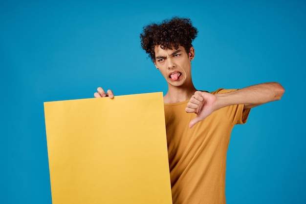 Kerl, der ein banner hält, isoliertes hintergrundstudio-exemplar