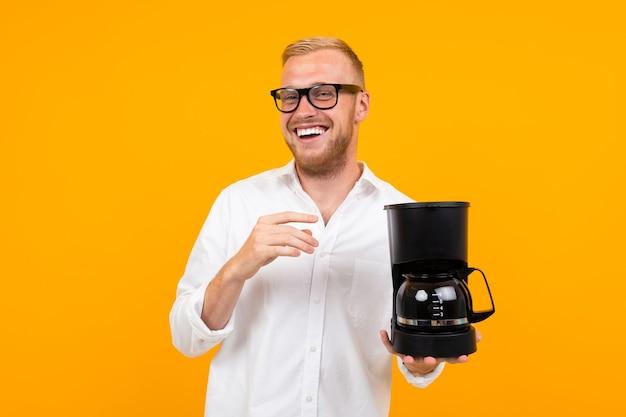 Kerl, der eine kaffeemaschine mit kopienraum hält