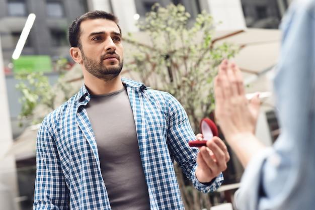 Kerl, der mädchen bittet, weibliche hand-zurückweisungen zu heiraten.