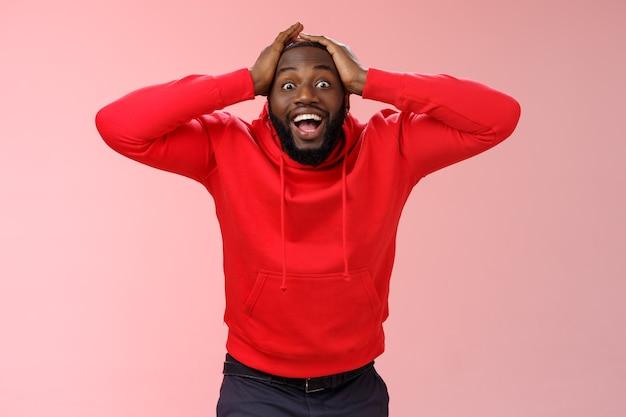 Kerl erhält sehr gute überraschende nachrichten kann sein eigenes glück nicht glauben glück lächelt breit hände halten h ...