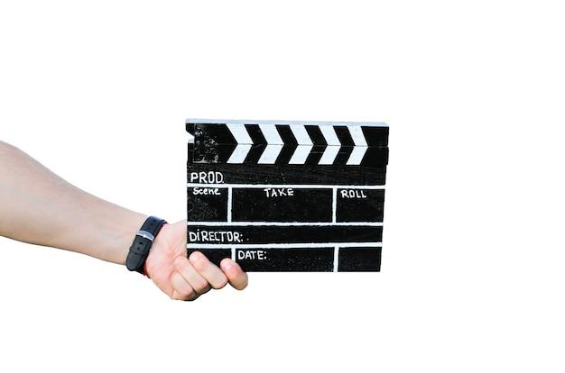Kerl hält schwarze klappe in den händen. der mann führt regie und dreht einen amateurkinofilm. isoliert auf weißem hintergrund.