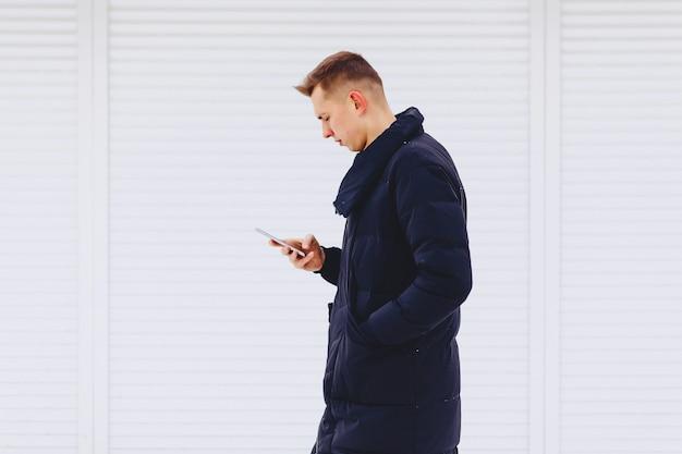 Kerl in der winterjacke schreibt sms