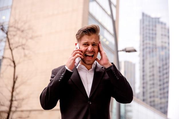Kerl in einem anzug, der wütend am telefon spricht
