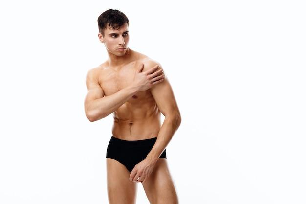 Kerl in höschen bodybuilder mit nacktem oberkörper und brünettes model