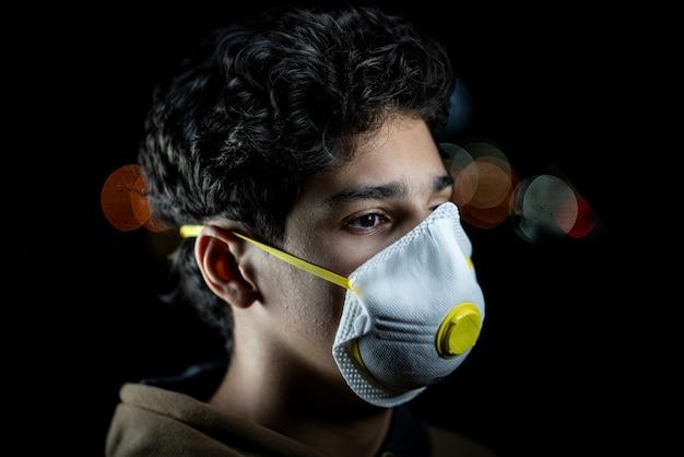 Kerl mit maske auf stadtnachtstraße