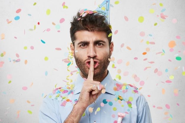 Kerl mit partyhut und konfetti
