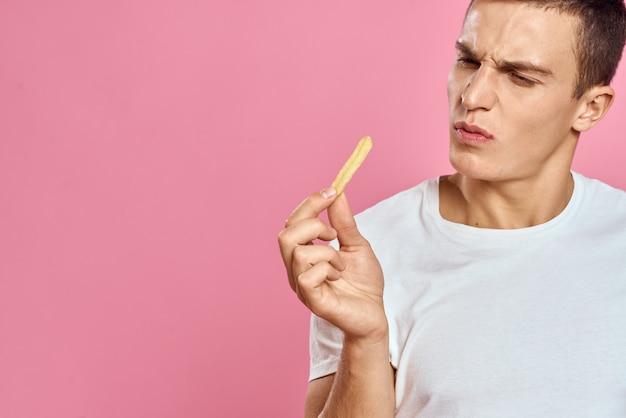 Kerl posiert mit fast food