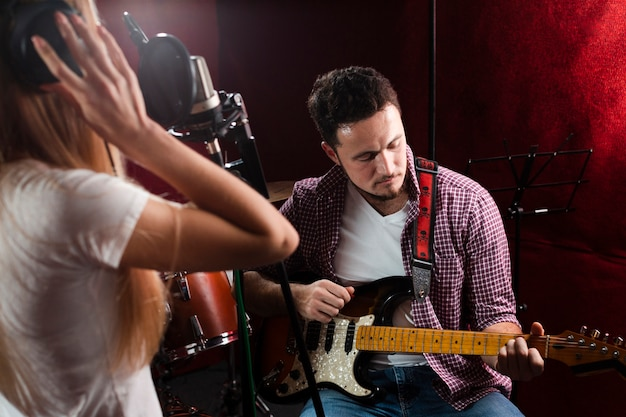 Kerl spielt e-gitarre und frau singt