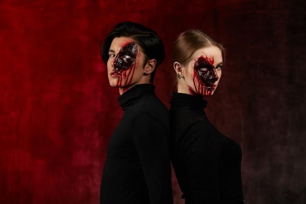 Kerl und mädchen mit blutigem make-up für halloween