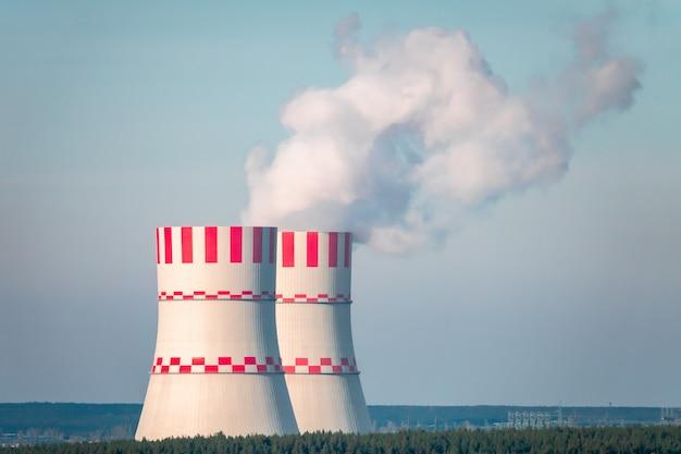 Kernkraftwerk nach sonnenuntergang