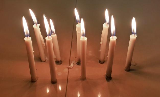 Kerze auf dem tisch in der dunkelheit