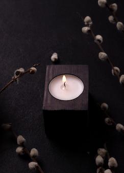 Kerze auf einem schwarzen hintergrund
