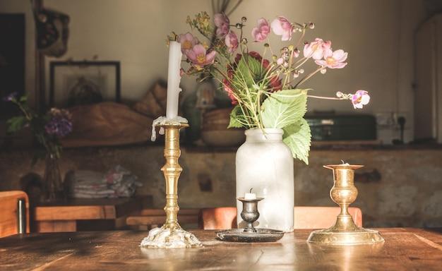 Kerze auf einem tisch in einem restaurant