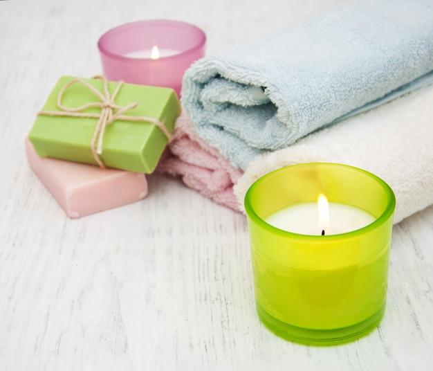 Kerze, handtuch und handgemachte seife