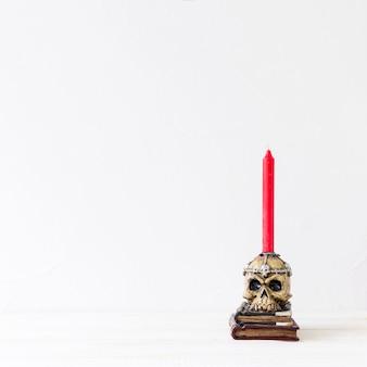Kerze im gespenstischen kerzenhalter